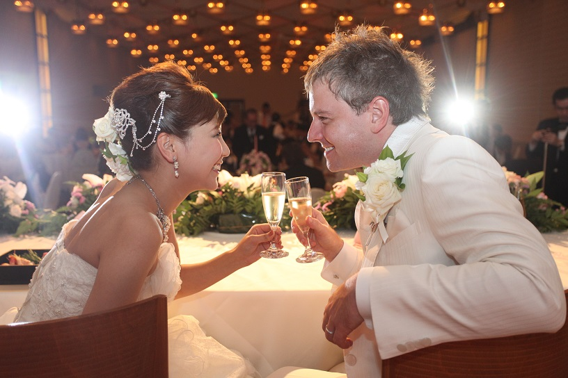 見つめ合う笑顔が印象的な国際結婚