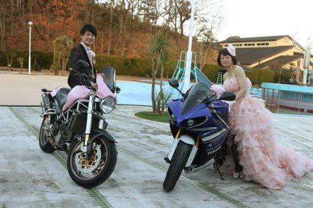 お二人らしさを表現したバイク入場